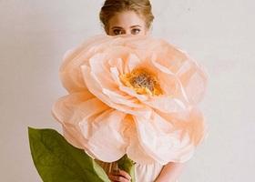 """海外では、""""ジャイアント・ペーパーフラワー""""と呼ばれているペーパーアートで作った大きなお花♡大きな紙とマスキングテープでDYIできちゃいます!花嫁、ブライズメイドが持ってもフラワーガールやリングボーイのブーケとしても可愛すぎる!"""