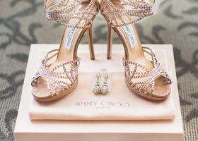 ジミー チュウは魔法の靴です*世界の女性を魅了する理由は美しいシルエットなのに、履き心地が良い点にあります!ビジューやリボンのモチーフも素敵で、花嫁からも絶大な人気と信頼を得ているジミーチュウを是非ウェディングシューズに!