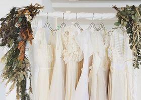 ウェディングドレスは コットン、麻、レースなど、自分が着ていて心地のよ良い素材であることも大切!エンパイアやミモレ丈のカジュアル&ナチュラルな結婚式を挙げたい花嫁さんなら自然体な姿が魅力のウェディングドレスとシューズも合わせてご覧ください*