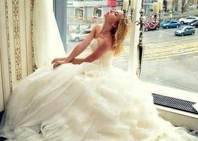 シャネルのオートクチュールドレスは花嫁さんの味方です♪職人さんが縫い上げる繊細で美しいドレスは襟まわりが特徴的なフェミニンドレスや、ウエストの細さを強調するシルエットなど、世界の女性を魅了してきました*シャネルの極上ドレスを身に纏いたい!