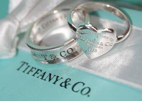 ティファニーの選ぶ色味の澄んだダイヤモンドは一級品!そんなティファニーのジュエリーを指輪、ペンダント、ピアスの3点でまとめたジュエリーページ♪エンゲージリングを始め、プレゼントに嬉しいペンダントもティファニーカラーでラインナップしました♡