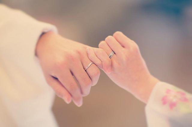 使うのは結婚指輪だけ♡定番だけど撮っておきたい《指輪ショット》のアイディア7選♩のトップ画像