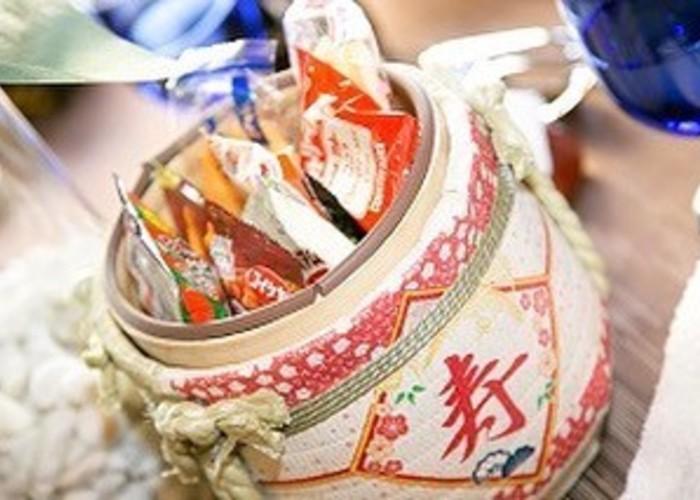 テーブルごとにお菓子を詰めた樽をぱっかーーん!和風のテーブルラウンド『ミニ鏡開き』の演出が素敵◎のトップ画像
