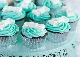 ティファニーのカップケーキはジュエリーの輝き!ティファニーブルーのデコレーションカップケーキはミント味、マジパンのリボンはティファニーの証です♡ウェディングで多用されるティファニーブルーに注目してみて!