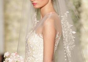 Reem acra(リームアクラ)のウェディングドレスまとめ♡輝くシルクはオトナの女性にマッチ*リームアクラのウェディングドレスはまるで妖精の粉を纏っているよう!ベールにはパステルカラーのお花、女性の曲線美を最大まで引き出してくれます!