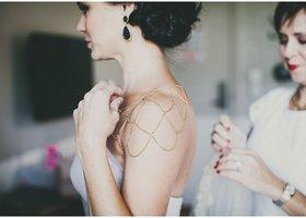 結婚式のショルダーアクセサリーをご紹介*パールやビジューを散りばめたショルダーネックレスは、肌を露出するウェディングドレスにぴったり*ショルダーアクセサリーは肩やデコルテや背中を華やかに演出するアイテムです!