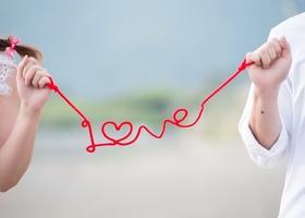 大流行中のフォトプロップス『運命の赤い糸』が簡単に作れちゃう!前撮りや結婚式当日に撮る写真の撮影小物として使われる「赤い糸」の作り方と、「 赤い糸」で結ばれた写真をご紹介*