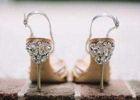 miumiu×ビジューパンプス!ミュウミュウはPRADAの妹ブランド♡ウェディングシューズはくるぶし部分にビジューで飾り付けられたヒール!普通の他のブランドのお靴の踵(かかと)にビジューをくっつけてミュウミュウ風にDIYしちゃう人も続出中!