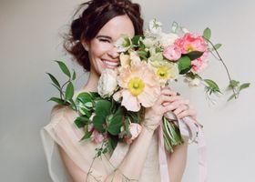春の結婚式を行う花嫁さんにはボリュームたっぷりの花束がオススメ!花びらいっぱいの八重咲きのお花で作るブーケは、春爛漫な雰囲気が最高に可愛いロマンティックなブーケです♡