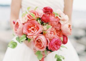 シャクヤクのブーケを色別でご紹介!ボリュームたっぷりの豪華な花束。芍薬(シャクヤク)の花言葉は「思いやり」そして、シャクヤクは美人の象徴。愛されブーケで花の様に美しく香るような素敵な花嫁になりましょう!