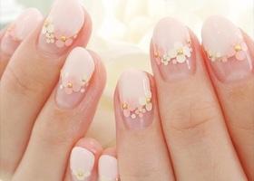 桜の季節のブライダルネイルは春色!優しいピンクカラーのトレンドネイル、花嫁の鉄則ホワイトカラーの春ネイル、ホログラムで作るお花畑のフレンチネイルでみんなに差をつける指先にして!爪を長く綺麗に見せるブライダルネイルはこれで決まり!