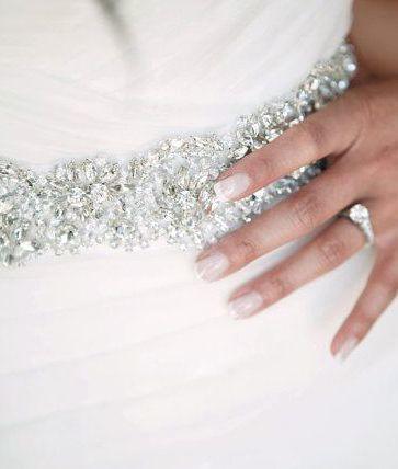きらきらビジューのサッシュベルトが素敵*宝石をウエストに巻いて輝く花嫁に♡にて紹介している画像
