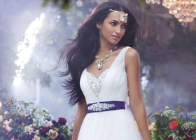 エキゾチックなディズニープリンセス・ジャスミンに習うウェディングドレスアイディアは5ポイント!エメラルドグリーンのセパレートドレスにビジューをふんだんに縫い付けて、あなたもエキゾチックでセクシーな花嫁様になれる!