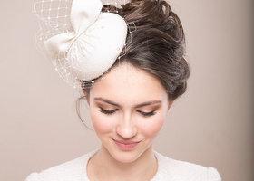 ヴェールにカチューシャ、花冠、とっても豊富なブライダルのヘッドアクセサリー。その中でも難易度が高く見えるハットをご紹介。シンプルなドレスの花嫁ほど美しく際立ちます*