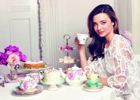ミランダ・カーと、あのウェッジウッド社のブランド『ロイヤルアルバート』のコラボ商品があるのを知っていますか?ミランダがデザインしたお花と蝶々の可愛いティーカップ&ソーサーは絶対に人と被らない&喜ばれる引き出物です♡