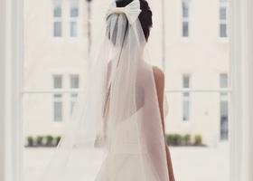 花嫁スタイルの最新トレンド!ベールとトレーンの間にできた空間に差し込む光はキラキラ光って最高に綺麗*ウェディングドレスの着こなし術をご紹介♡