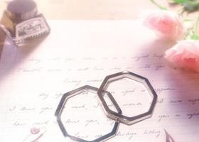 結婚指輪に刻印を入れるなら、愛のメッセージ?ふたりの記念日?それとも....?一生の宝物の結婚指輪。あなたなら、何を刻みたい?