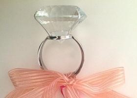 知ってる?この、超巨大ダイヤモンドリング!実はおもちゃのこのリング。サプライズプロポーズ用に、大人気なんです♡