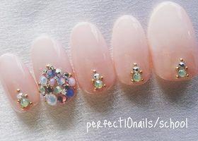 指が長く、手が綺麗に見えて、更に指輪が映えるヌーディーカラーのシンプルネイル♡良い事だらけのヌーディーカラーネイルは花嫁さんの定番ですよね♩