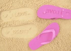 足跡で、文字を残してメッセージを伝えられるビーチサンダル!歩くたびに愛を刻める『Flip Sidez』が世界中で大人気*19ドルから買えちゃうので、彼と二人でお揃いはいかが?