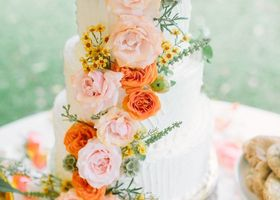 まるで、ブーケ♡生のお花をたーっぷりデコレーションしたウェディングケーキが可愛すぎる*結婚式のテーマに合わせてお花の色を選べば、会場全体の統一感も演出できて◎