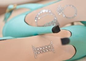 靴底にメッセージをぺたっ♡ブライダルシューズの底に貼る『ブライダルシューズステッカー』が大人気*靴底にシールを貼るだけで、足元がとってもおしゃれなウェディングフォトが撮れちゃうんです!