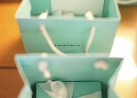 憧れブランドのアイテムは、引き出物でもらったら最高にハッピー♡紙袋までティファニーブルーで、結婚式からの帰り道もルンルンしちゃいます♩