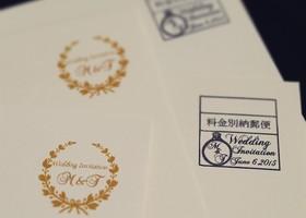 切手を貼らなくても郵便物を届けられる、『料金別納郵便』って知っていますか? 招待状の完成度を高めたいプレ花嫁さんに知ってもらいたい最大のメリットは、決まりさえ守れば別納マークを自分で好きなデザインにできるというところなんです♡