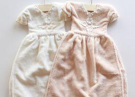 この小さいドレス、一体何か分かりますか?答えはなんと、塗れた手とかを拭く『タオル』です!ドレスタオルの作り方はとっても簡単♡100均や3COINSなどで販売しているタオルを使って簡単にDIYできます!
