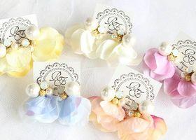 インスタで人気のハンドメイド作家さん*『Ribbon Flora』さんは、ピアスや花冠からウェルカムアイテムまで、結婚式に必要なもの全部がそろうお花の雑貨やさんです♡