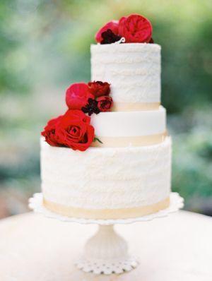 絶対に可愛いくみあわせ♡真っ赤なROSE×まっしろなウェディングケーキのアイデア♡にて紹介している画像
