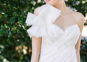 """トロントのドレスブランド『INES DI SANTO(イネス・ディ・サント)』2016春夏コレクションのコンセプトは、""""蝶と花""""❁蝶の羽やお花をモチーフにした装飾、パールやチュールなど、春を連想させるウェディングドレスにきゅん♡"""