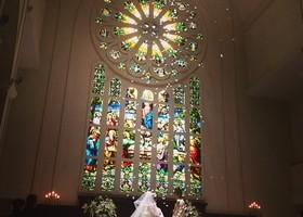 桂由美さんや、假屋崎省吾さんが選ぶ「恋人の聖地プロジェクト」選定スポット♡ステンドグラスやパイプオルガン、22メートルもあるバージンロードは圧巻です!
