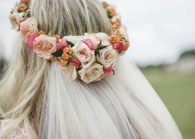 花冠もベールも、両方つけちゃう髪型♡ガーデンウェディングにぴったり♩ベールに花冠を組み合わせちゃう、新しい挙式スタイルはいかが?