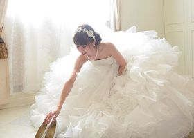 女優気分になれちゃう♡花嫁姿に着替えるブライズルームでの一瞬一瞬も、大切な思い出としてウェディングフォトに残すべきです♩