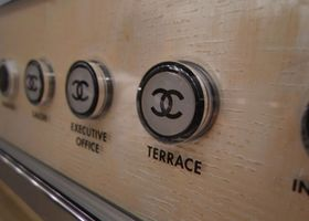 完全に『シャネル』な結婚式が挙げられる結婚式会場!銀座のシャネル東京ビルディング10階にある、「ベージュ・アラン・デュカス東京」を知っていますか?内装も外装も、エレベーターのボタンのマークも全部がココマーク♡お料理も最高においしいフレンチで、シャネルなウエディングケーキだって可能。1年で20組限定のレアでラグジュアリーすぎる結婚式会場です。