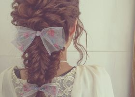 ラプンツェルが理想♡結婚式のブライダルヘアにも、お呼ばれヘアにも最高!花嫁もゲストも要注目の、とにかく可愛すぎる編み込みダウンスタイルのヘアアレンジ参考画像特集。