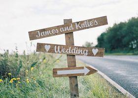 『ウェディングサイン』って知ってる?海外では定番の、結婚式の場所をお知らせする〔標識〕アイテムなんですよ*インスタグラムでも徐々に話題になっている「ウェディングサイン」の作り方まとめ!