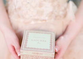 大人気の「Ladurée(ラデュレ)」のお菓子や紅茶って、とってもおいしいけど少しお高め。ブライダルギフトに出来るように、2000円でおつりがくるものだけを紹介します♩
