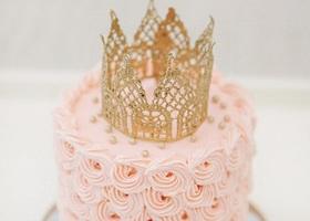 王冠を上にちょこんと乗せたウェディングケーキの可愛さは、まるでプリンセスのよう♡こんなケーキトッパーも素敵です*
