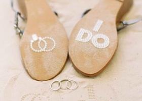 『永遠の愛を誓います』を意味する「I Do」のシールをウェディングシューズの靴底に貼るのは、おしゃれ花嫁の定番♡素敵な写真を撮りましょう♩