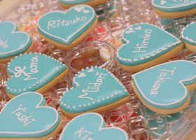 花嫁DIYの定番、席札は普通の紙のじゃつまんない!アイシングクッキーにお名前を書いた、オーダーメイドで世界で一つの「クッキー席札」はいかがでしょうか♡