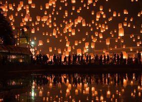 11月の満月に、タイで行われるコムロイ祭り。まるでラプンツェルの世界みたいな絶景が、年に1回日本の新潟でも見られるんです♡