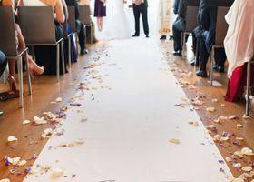 バージンロードを歩くのは憧れの瞬間♡結婚式のひとつひとつには、素敵な意味と由来があるんです♡〔バージンロード〕の素敵な意味を知って、もっと結婚式で感動しましょ*